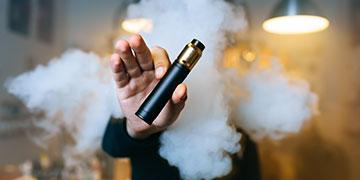 Fumer une cigarette électronique